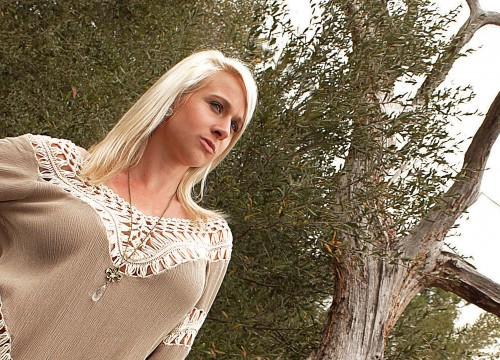 Cortni Bird - Country Music Singer and Songwriter
